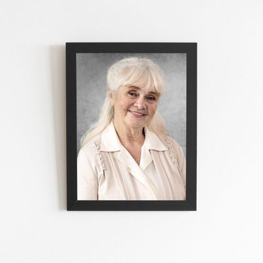 W naszym studio można wykonać zdjęcie pogrzebowe, które może zostać umieszczone przy urnie lub trumnie.